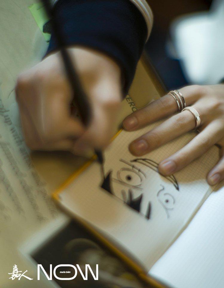 王俊凱配戴De Beers Horizon系列珠寶登上時尚雜誌。圖/取自微博 ...