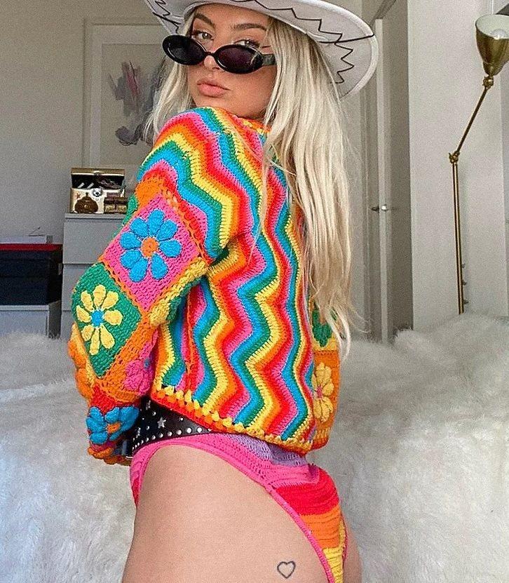 Jennie在最新宣傳照中穿的彩虹短褲出自FLUFFY。圖/摘自官網