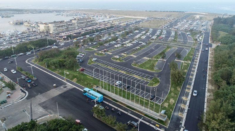 新竹市政府交通處今宣布,9月1日新竹漁港等停車場路段及停車場的停車費率,將從每小時20元調整為每小時30元。圖/新竹市政府提供