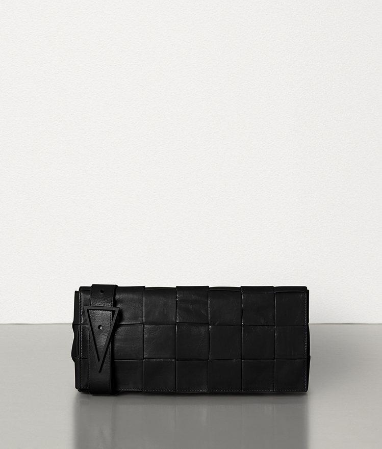 編織紙質小牛皮腰包 (黑),61,100元。圖/BOTTEGA VENETA提供