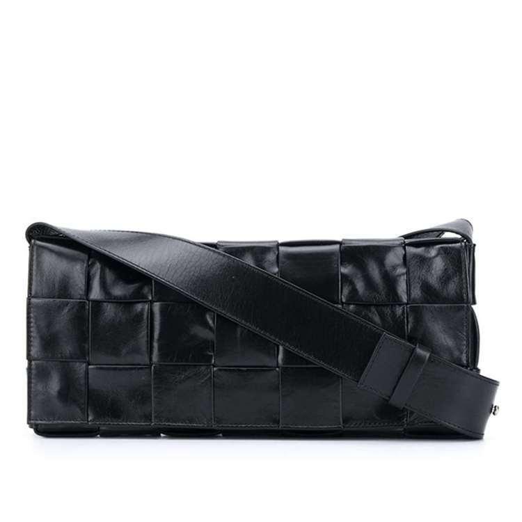 秋季款編織紙質小牛皮斜背包 (黑),61,300元。圖/BOTTEGA VENE...