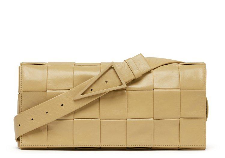 編織紙質小牛皮腰包 (木薯黃),61,100元。圖/BOTTEGA VENETA...