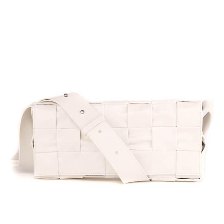 秋季款編織紙質小牛皮斜背包 (白),61,300元。圖/BOTTEGA VENE...