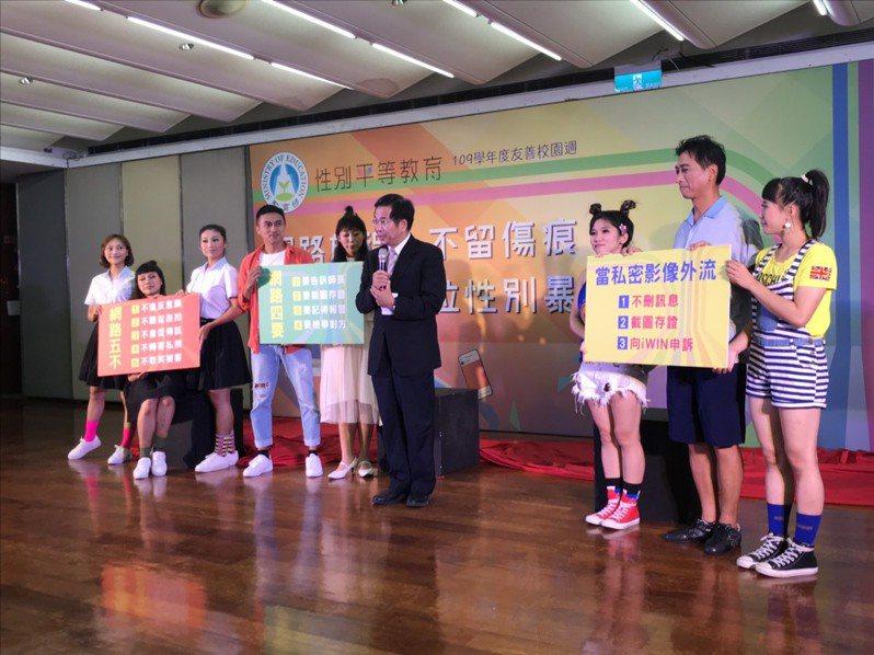 教育部邀請紙風車演出短劇,宣導防治數位性暴力的「五不四要」。記者潘乃欣/攝影