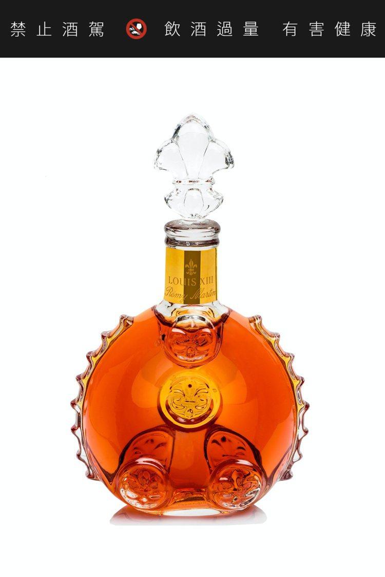 路易十三水晶瓶身經由11道工序手工打造,瓶頸以20K金雕飾。圖/路易十三提供