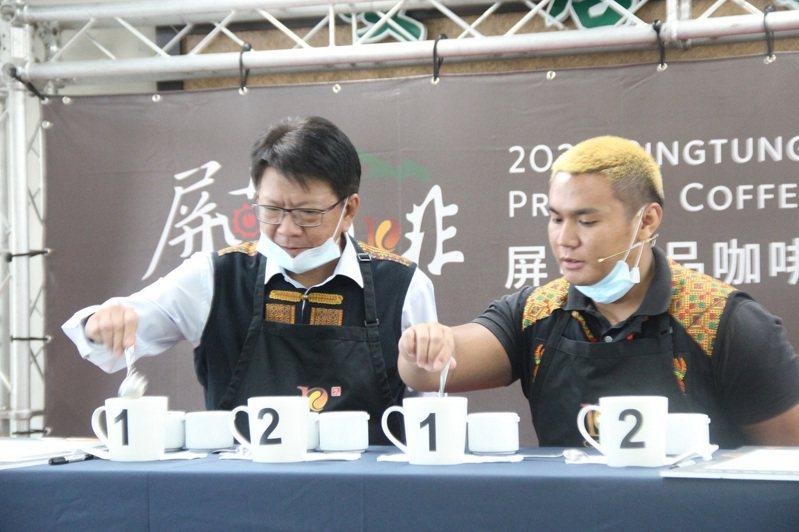 屏東縣長潘孟安(左)與國際咖啡杯測大師世界冠軍卓瑞賢(右)一同進行咖啡杯測儀式。圖/屏東縣政府提供