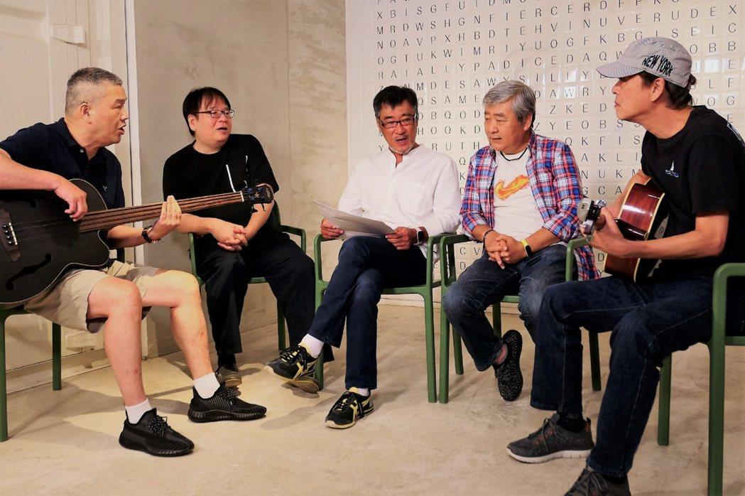 木吉他將登「相知相守-民歌45」演唱會,左起張炳輝、陳秀男、李宗盛、江學世和劉因...