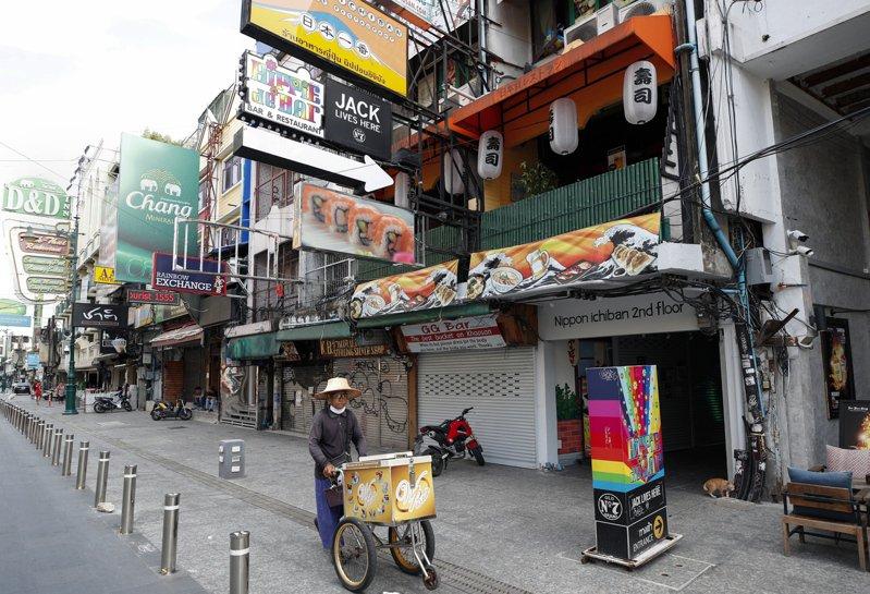 疫情之下,泰國曼谷著名商業街考山路上的行人稀稀兩兩。歐新社