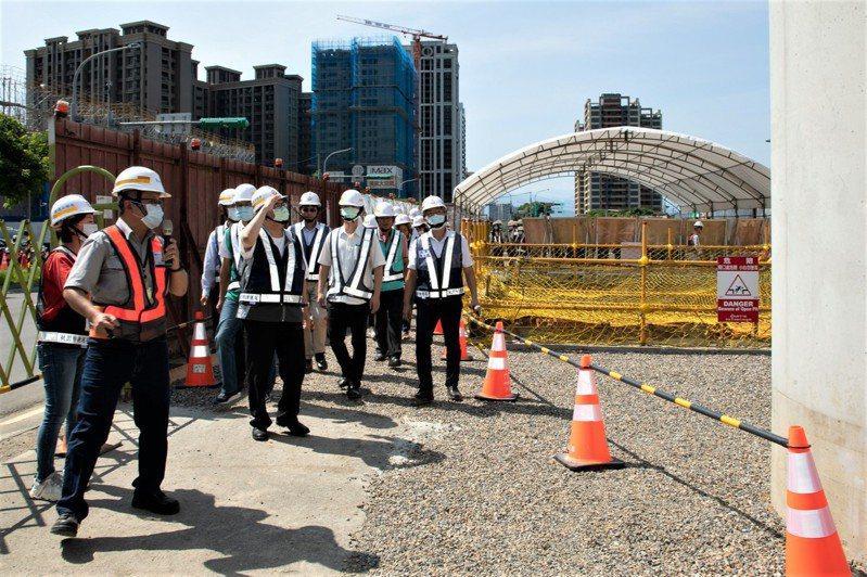 捷運綠線高架段首跨橋面版完成,桃園市長鄭文燦今天到場視察,他表示,整體工程預定今年底完成11跨橋面版及部分車站出入口結構,讓高架段工程如期114年底完工、115年通車。圖/桃園市政府捷運工程局提供