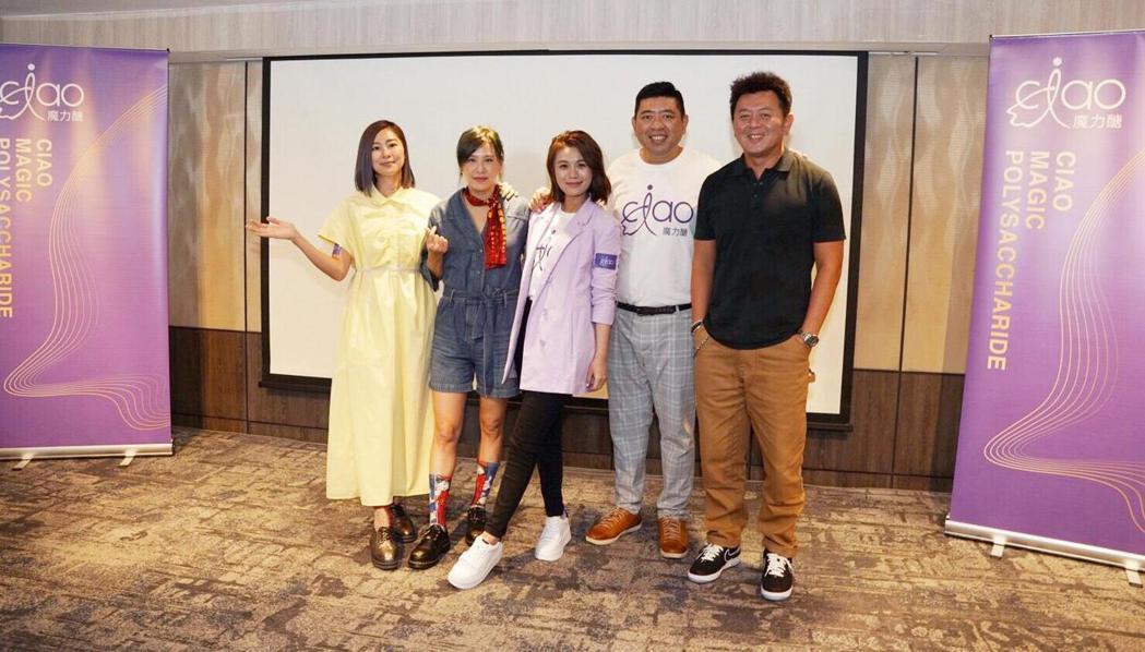 張棋惠(左一)、黃小柔(左二)和庹宗康(右一)為朱海君(中)的新事業站台。圖/淘