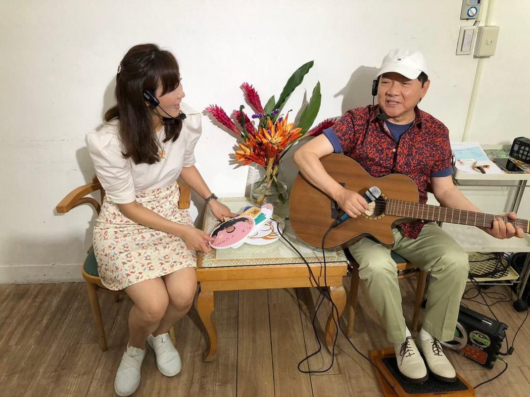 葉啟田(右)拿著吉他自彈自唱是他最拿手也最快樂的事。圖/精實文創提供