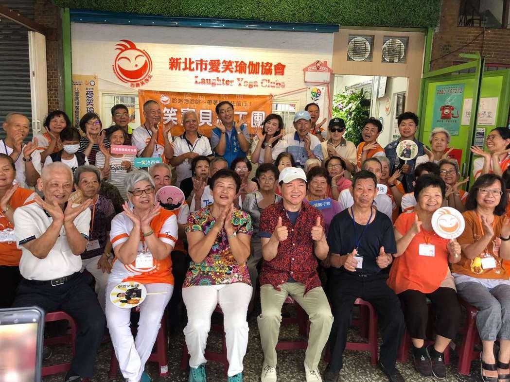 葉啟田(中)日前投身公益,與愛笑瑜伽社區關懷據點的銀髮族同歡。圖/精實文創提供
