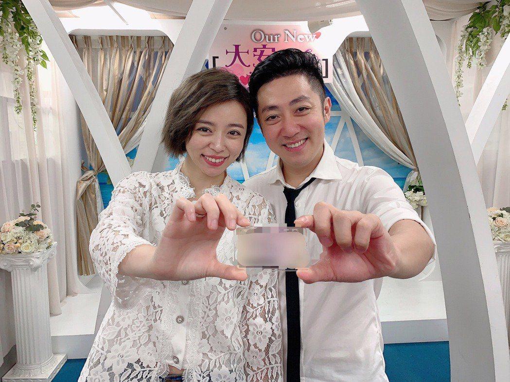 王瞳(左)、艾成今年7月登記結婚。圖/民視提供