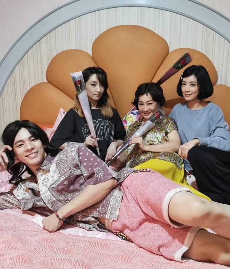 林柏宏(前)在七夕情人節送上紅玫瑰給賈靜雯(後右起)、比莉、柯佳嬿。圖/摘自臉書