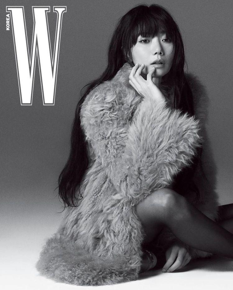 裴斗娜在「W」雜誌以慵懶姿態詮釋2020秋冬CELINE女裝。圖/取自IG