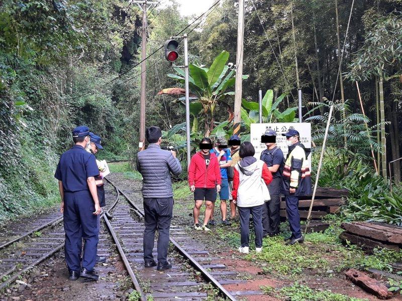 嘉義縣阿里山林鐵及文資處昨天稽查,發現4名遊客違法走在鐵軌上,依法開罰。圖/林鐵及文資處提供