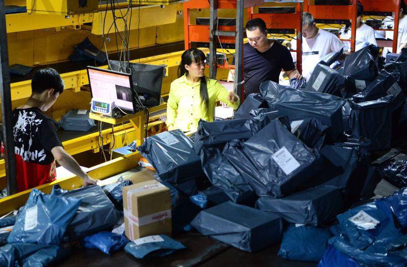 中國物流與採購聯合會8月25日發布數據顯示,今年1至7月,大陸全國社會物流總額為149.7兆元人民幣,年增0.5%。圖福建泉州一物流企業夜間發貨。(中新社)