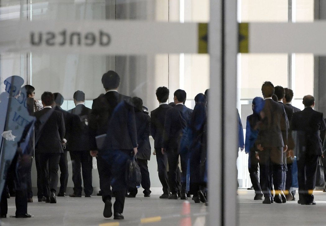 即便日相安倍晉三鼓吹工作風格改革,但日本仍一直存在要求員工長時間工作的嚴苛職場文...