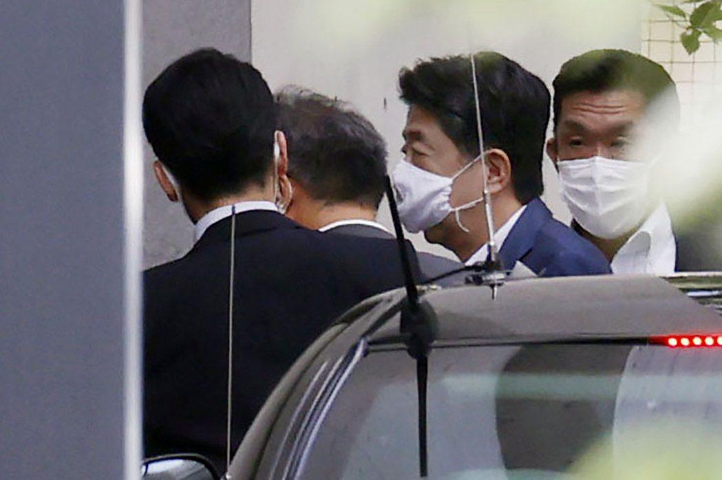 日相安倍晉三24日再度現身慶應大學醫院,一連兩個禮拜到醫院報到。美聯社