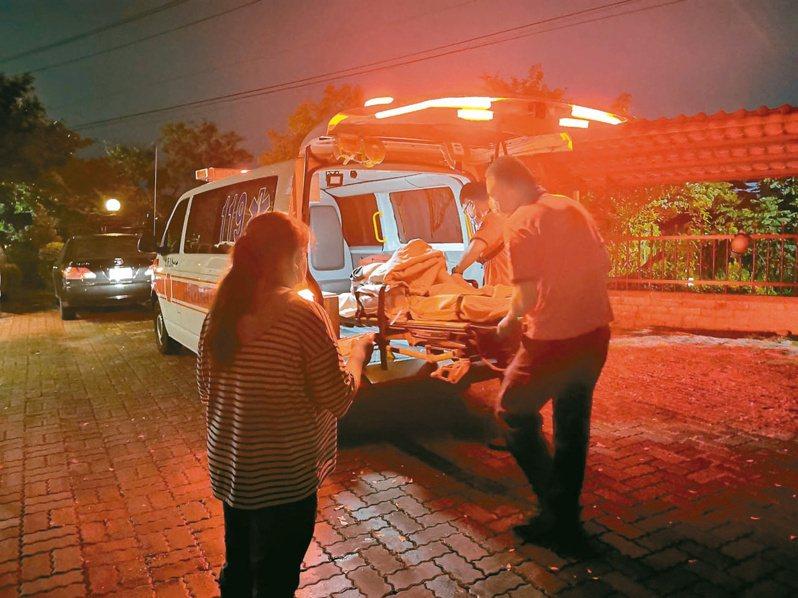 嘉義市老翁拿酸液潑灑自己與長照中心人員,消防局將受傷長者送醫急救。 圖/聯合報系資料照片