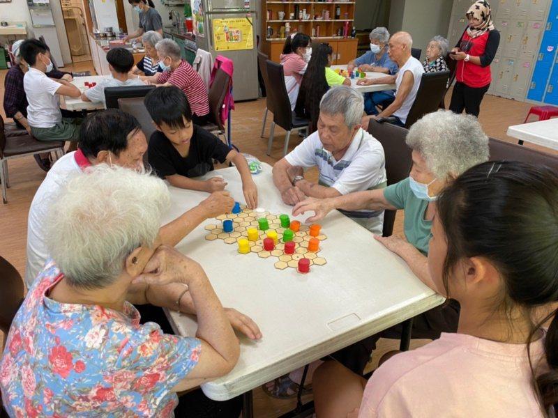 嘉義基督教醫院今年暑假與雙福基金會合作辦「銀響夏令營」,長者與學童們一起玩桌遊。...