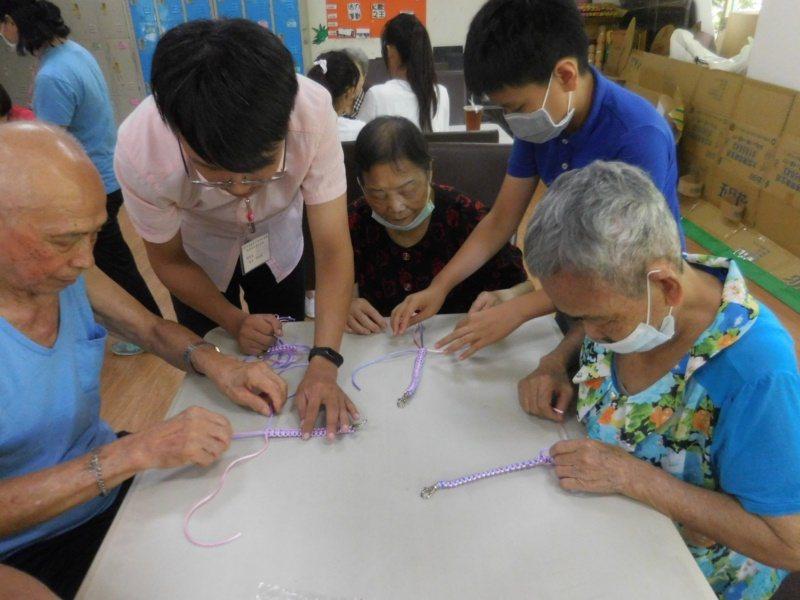 嘉義基督教醫院今年暑假與雙福基金會合作辦「銀響夏令營」,長者與學童們一起玩遊戲。...