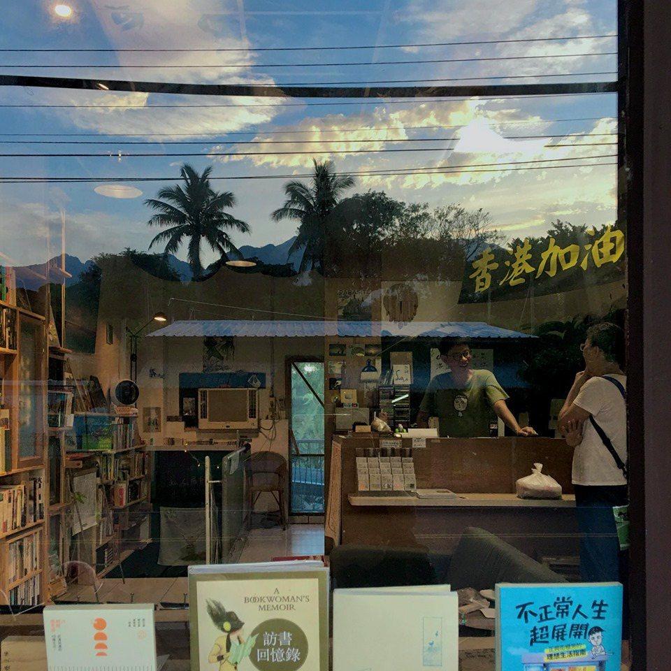 高耀威不在的時候,書粥以「顧書店交換住宿」的方式經營,那也符合他發自內心甚至有點...