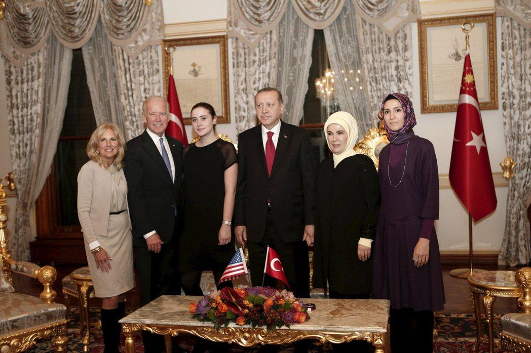 在伊斯坦堡公約的問題上,土耳其總統厄多安(右3)罕見地與女兒拜瑞塔(右1)站在對...