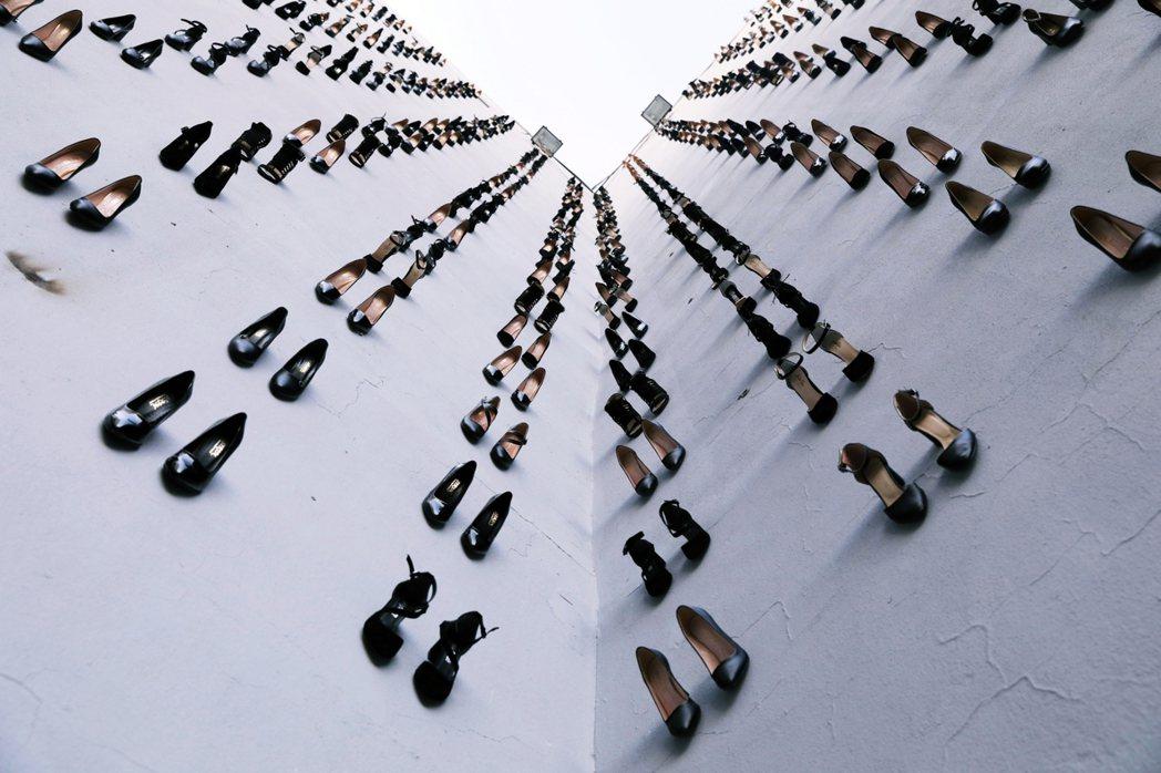 「牆上每一雙無主的鞋子,都是又一位家暴受害者之死。」圖為土耳其藝術家 Vahit...