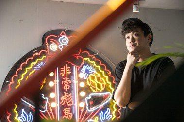 頂著一頭捲髮卻習慣戴頂帽子的吳孝儒,在設計專業之外還是位醉心音樂的DJ。 圖/陳立凱拍攝