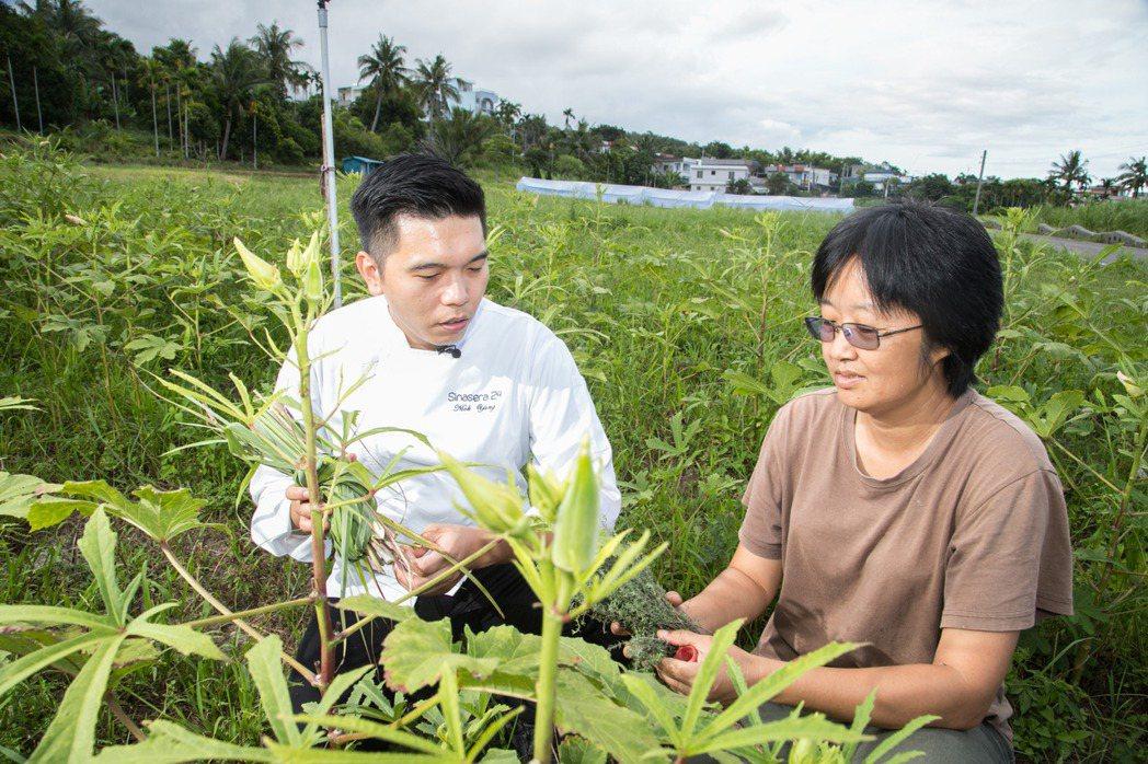 不少在地小農都與楊柏偉(左)相熟且合作多年。記者陳立凱/攝影