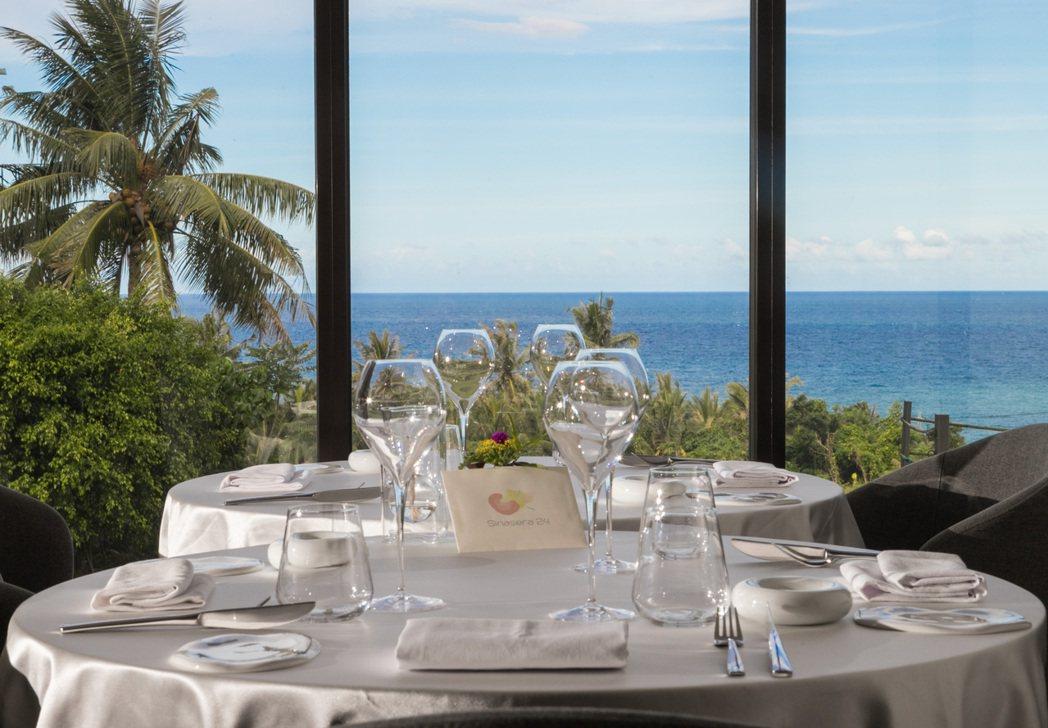 楊柏偉刻意讓店內餐桌面海,希望讓客人在大自然包圍下用餐。記者陳立凱/攝影
