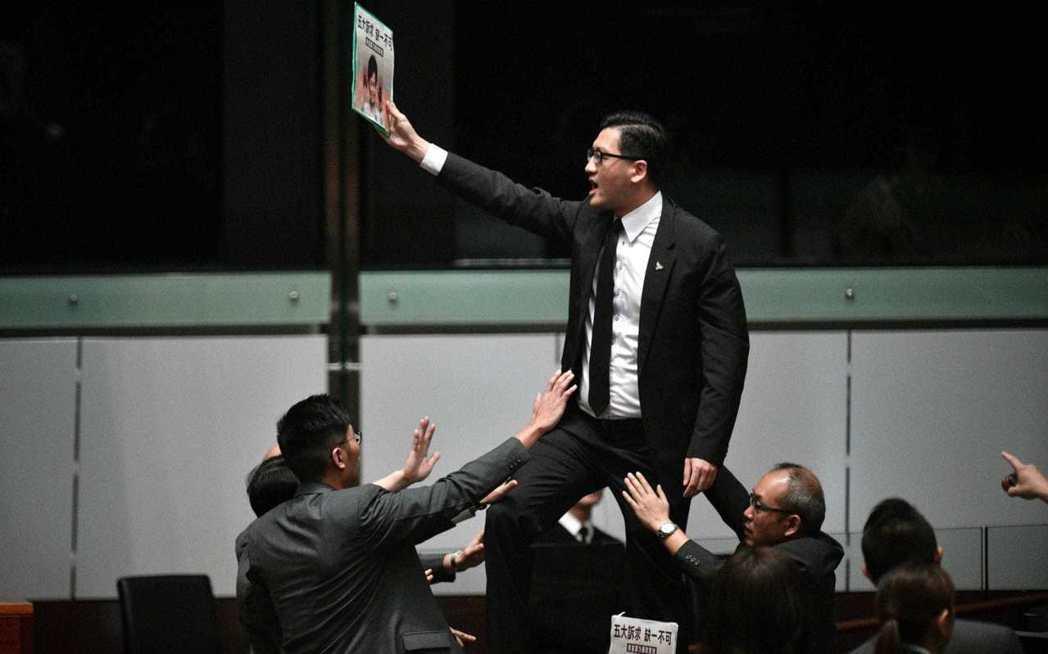 26日清晨,香港再傳警方突發抓捕民主派議員的消息;兩位民主黨的議員林卓廷和許智峯...