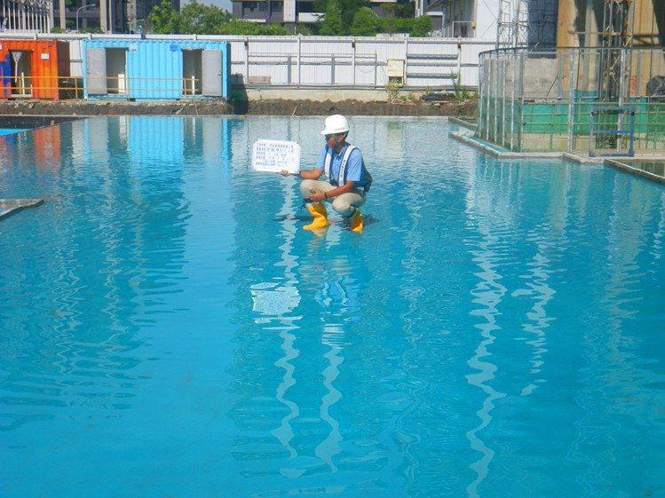 拜鐵膜試水工程現場照。 圖/潤泰創新 提供
