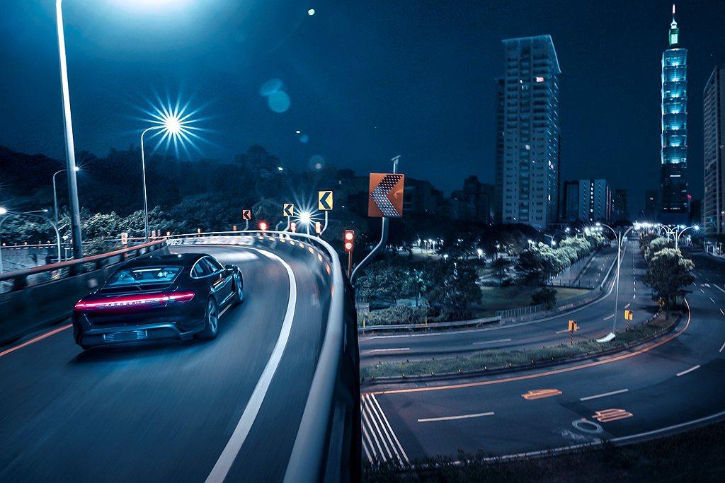 保時捷Taycan以不容錯認的車身線條,化身一股寂靜的電光石火,奔流於台北都會街...