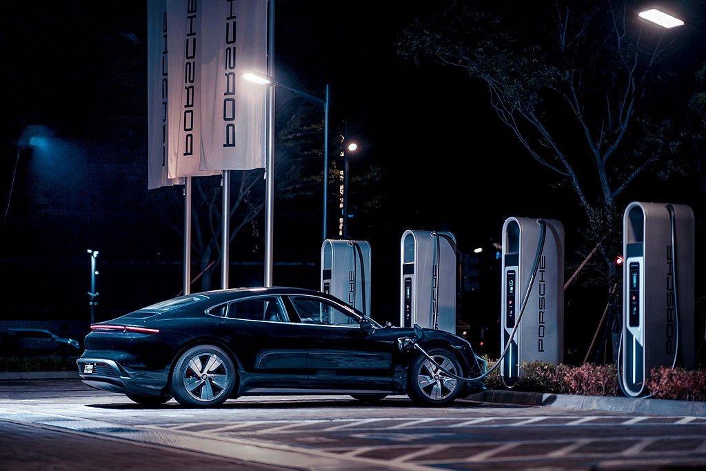 保時捷純電跑車Taycan,在寧靜的夜晚展現神秘之美。 圖/Porsche Ta...