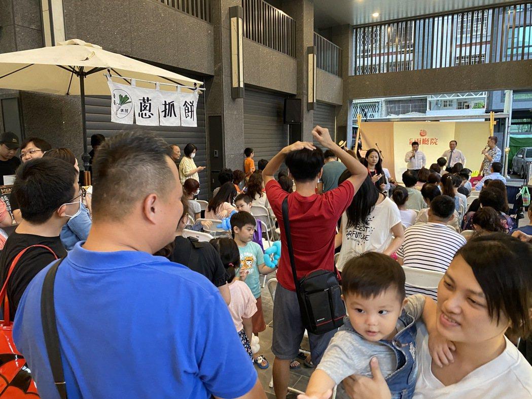 「仁發兩廳院」舉辦「暑假親子游學趣」活動,邀請已購客戶大人小孩到現場同歡。 攝影...