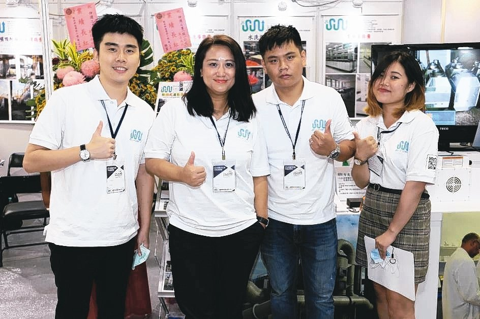 伸運公司總經理傅寅芝(左二)與夥伴在展場合影。 黃奇鐘/攝影