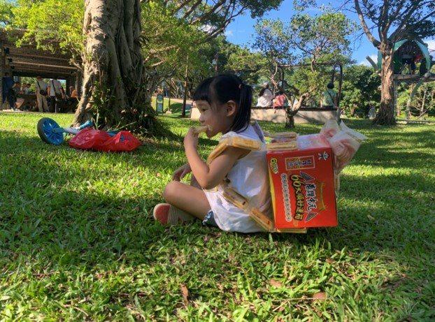 家長超狂創意!零食箱變身女兒野餐「六六(溜溜)小背包」,希望女兒六六大順。網友授...