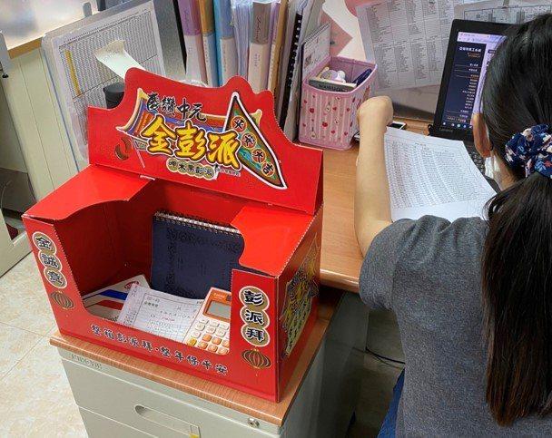 上班族發揮創意改造餅乾盒成「許願廟」 求財、開運同事爭相模仿。網友授權/提供