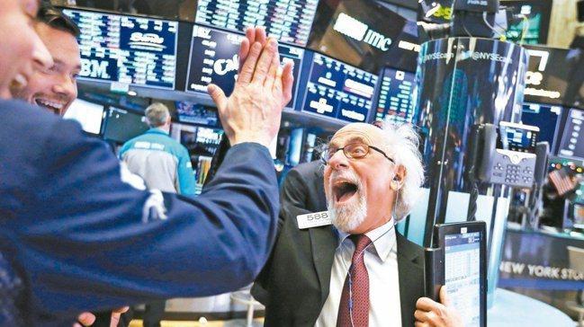 今年以來,全球股市像雲霄飛車般上沖下洗,其中又以美股各大指數表現突出。 美聯社