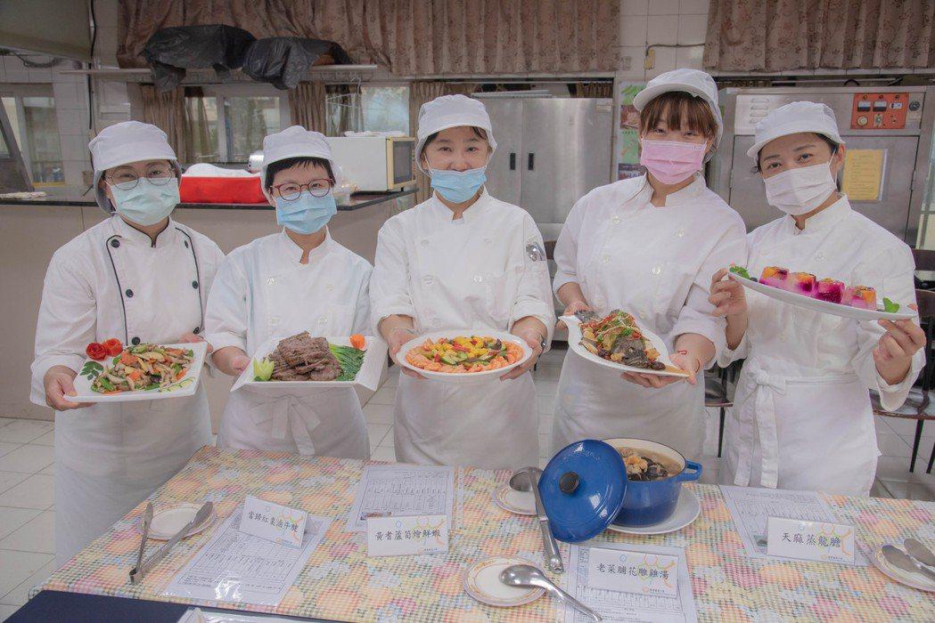 結訓典禮上學員們端出屬於自己的拿手好菜。 嘉藥/提供