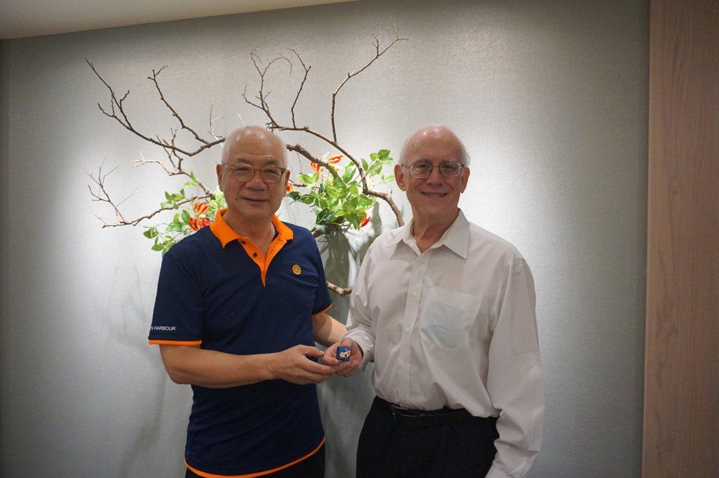 錫口社創社社長(CP,左)致贈紀念章給社友艾立誠(右)。 金萊萊/攝影