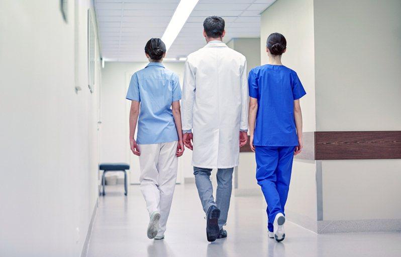 原PO在PTT上表示,同學、朋友、親戚之類的,總會出一兩個醫生吧,便想詢問大家「敢真的拿健保卡去跟親朋好友看病嗎?」 圖/ingimage