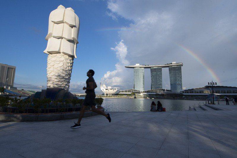 新加坡人力部今天表示,有鑑於疫情導致就業市場疲軟,將調整外籍勞動力政策,其中包括提高外籍人士申請就業准證及S准證的薪資門檻。新華社