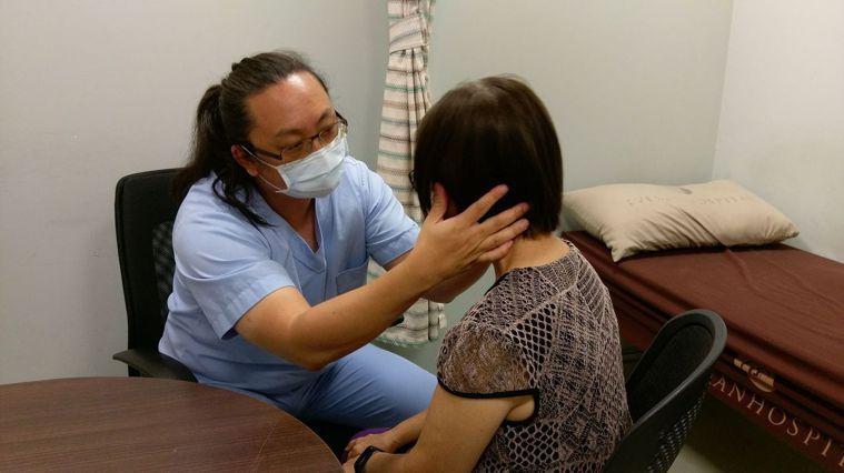 長安醫院神經內科孔勝琳醫師(左)幫陳姓女病患做神經檢查。圖/長安醫院提供