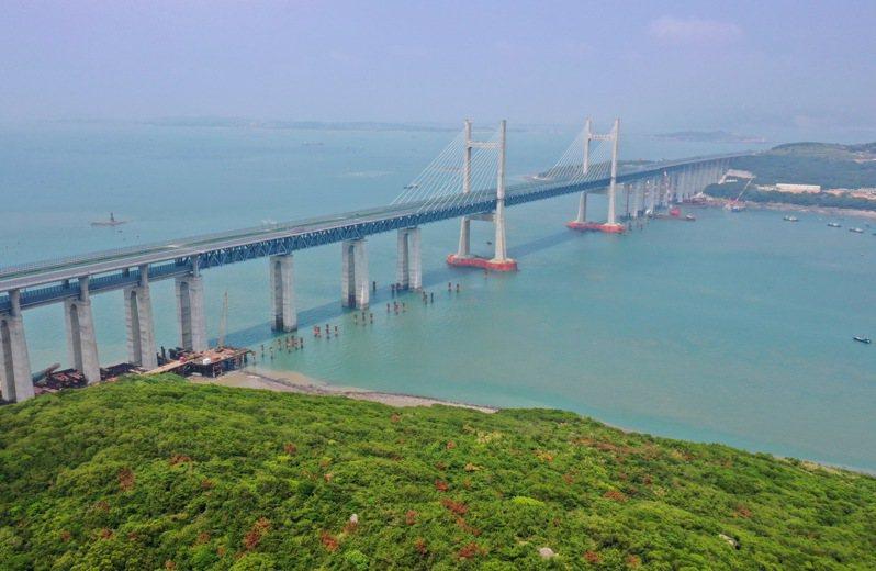 平潭海峽公鐵兩用大橋是福州至平潭鐵路的關鍵性工程,全長16.34公里。新華社