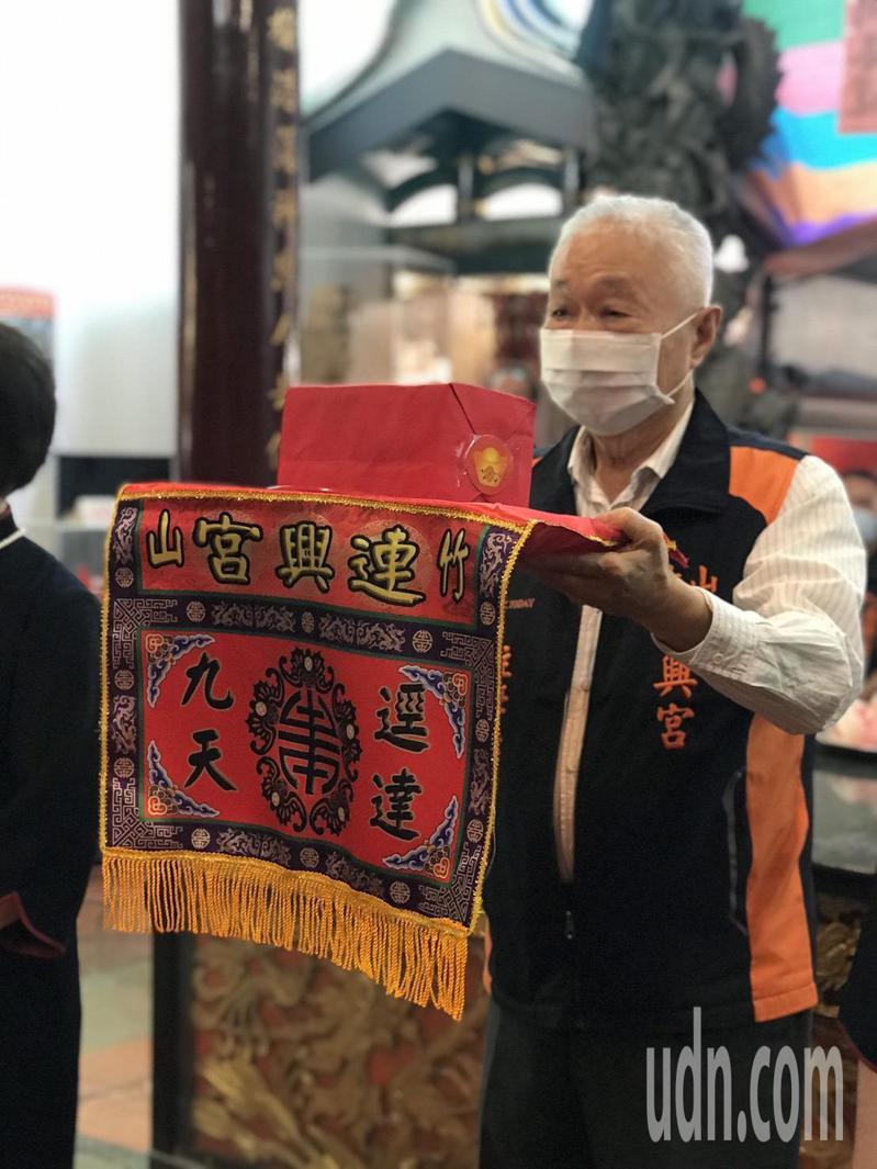 考量疫情仍在,南投各宮廟方維持防疫管制,呼籲信徒進入參拜時要戴口罩。記者黑中亮/攝影
