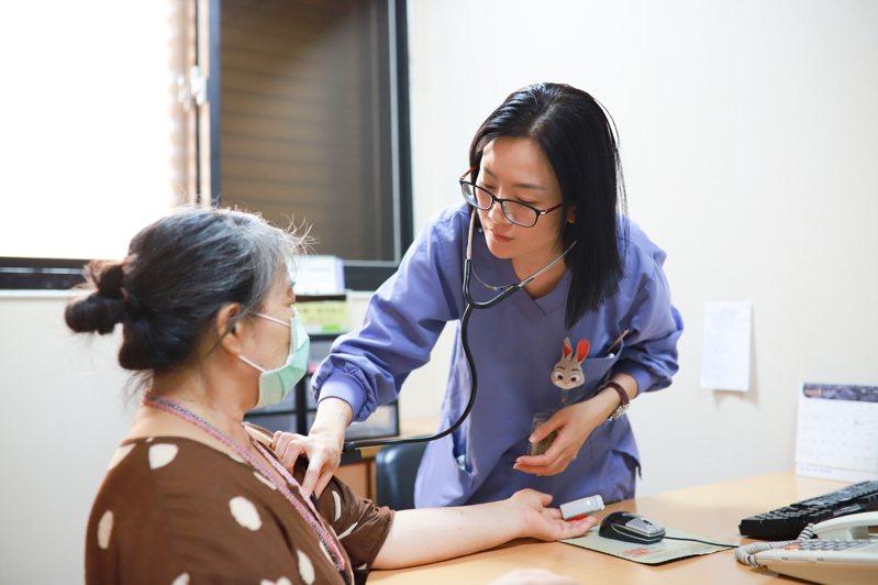 標靶藥物的研發已經使肺腺癌逐漸變成一種慢性病,只要好好接受治療,不必太悲觀。圖/羅東博愛醫院提供