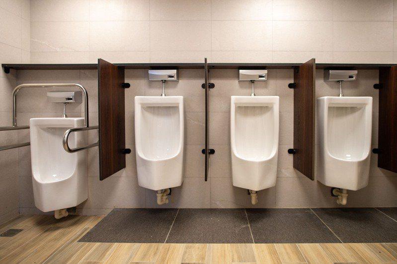 新竹市政府完成果菜市場公廁整建改善工程,提供攤商、消費者舒適如廁空間。圖/市府提供